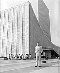 Dag_Hammarskjold_outside_the_UN_building